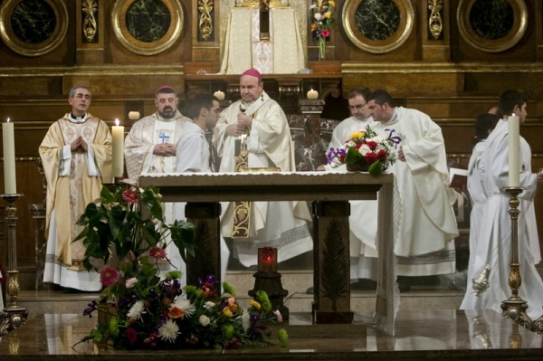 D. Manuel Ureña en la misa de presentación de D. Julián Díez como párroco de Santa Engracia (octubre de 2010) (Fuente: www.heraldo.es. Autor:  José Miguel Marco)